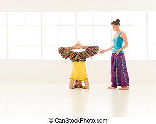 yoga, partner, gymnastiksal, vibrerande färg