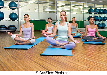 yoga, postura lotus, estudio, condición física, sonriente,...