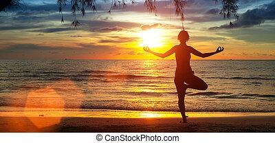 yoga, ragazza, spiaggia, durante, sunset.