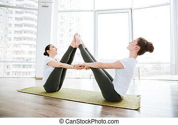 yoga, Sentado, extensión, dos, estudio, piernas, mujeres