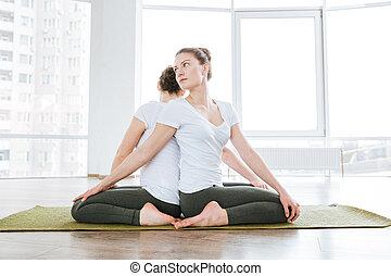 yoga, Sentado, extensión, dos, estudio, ejercicios, mujeres
