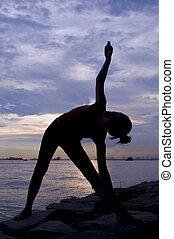 yoga, spannen, op, ondergaande zon