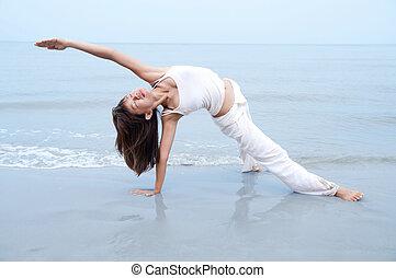 yoga., spiaggia