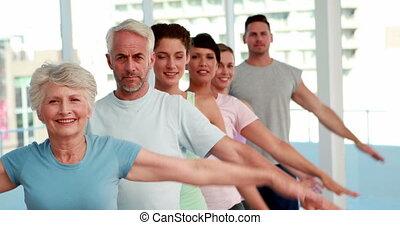 yoga, tendre arme, leur, classe, dehors