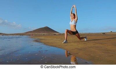 yoga, terugtocht, en, opleiding, -, vrouw, in, yoga houding,...