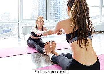 yoga, trabajando, dos, juntos, estudio, afuera, mujeres