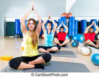 yoga, utbildning, övning, in, fitness, gymnastiksal, folk, grupp