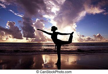 yoga, vrouw, op, de, mooi, strand, op, zonopkomst