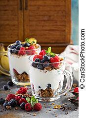 yoghurt, parfait, med, granola, och, bär