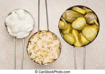 yoghurt, zuurkool, komkommer, pickles