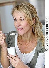 yogur, cuarentón, mujer que come, retrato