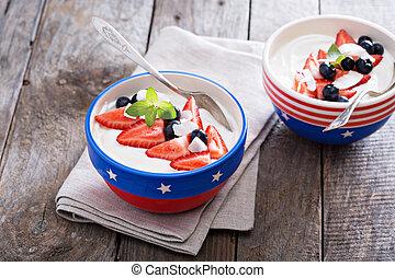 yogur, fresas, arándanos, tazón