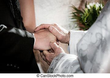 youg, par, bênção, mão, padre, segurando