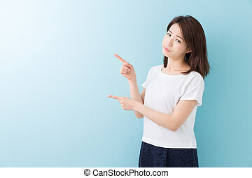 woman who points to the finger