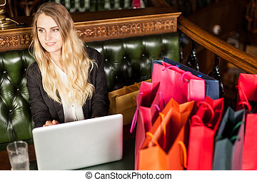 Young business woman sits in a cafe