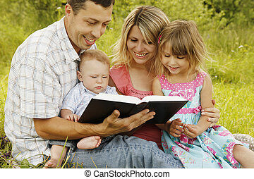 young család, felolvasás, a, biblia, alatt, természet
