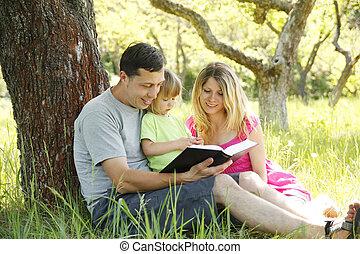 young család, felolvasás, a, biblia