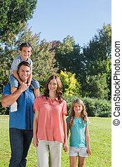young család, feltevő, alatt, egy, liget