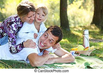 young család, having piknikel, alatt, természet
