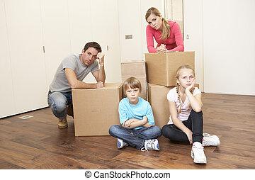 young család, látszó, felborít, közé, dobozok