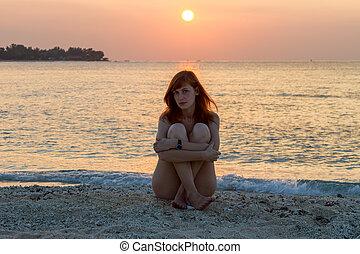 young eny, seděn oproti vytáhnout loď na břeh, v, západ slunce