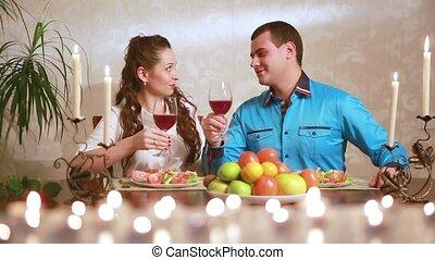 young felnőtt, összekapcsol having vacsora