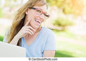 young felnőtt, woman hord szemüveg, szabadban, használ, neki, laptop.