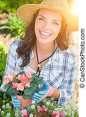 young felnőtt, woman kifáraszt kalap, és, pár kesztyű, kertészkedés, szabadban