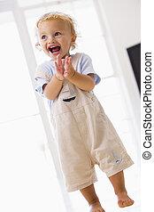 young fiú, álló, bent, tapsol, és, mosolygós