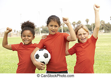 young fiú, és, lány, alatt, foci sportcsapat