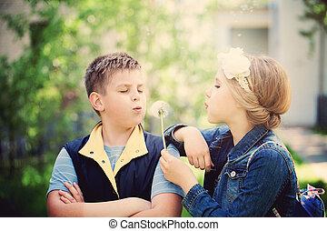 young fiú, és, leány, fújás, egy, gyermekláncfű, flowers., boldog, gyerekek, szabadban
