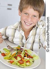 young fiú, alatt, konyha, étkezési, saláta, mosolygós