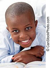 young fiú, fekvő, képben látható, övé, ágy, mosolygós
