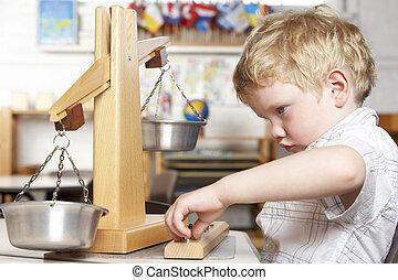 young fiú, játék, -ban, montessori/pre-school