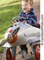 young fiú, játék, szabadban, alatt, repülőgép, mosolygós