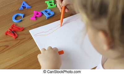 Young girl draw lines with felt-tip pens - Young girl draw...
