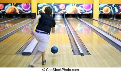 Young guy throws bowling ball and beats all skittles, view...
