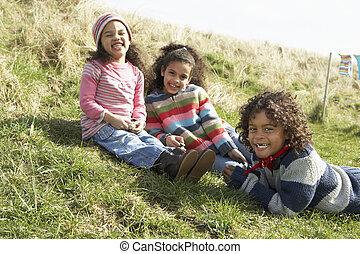 young gyermekek, ül külső rész, alatt, vontatott lakókocsi, liget