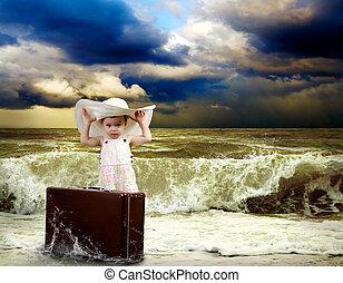 young gyermekek, noha, poggyász, képben látható, a, tropical tengerpart