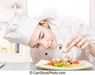 young konyhafőnök, díszít, finom, saláta