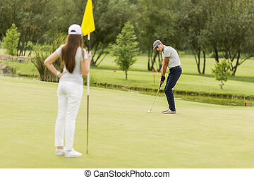 young kuplovat, hraní golf