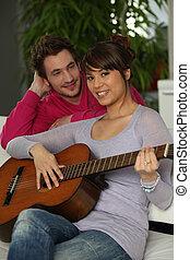 young kuplovat, hraní, jeden, kytara, doma