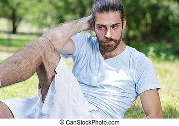 young man doing cross leg crunches
