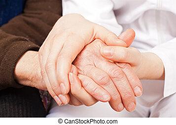 young orvos, fog, a, öregedő woman, kézbesít