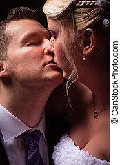 young párosít, alatt, esküvő, hord, csókolózás