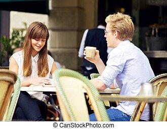young párosít, beszéd, felett, egy, csésze kávécserje