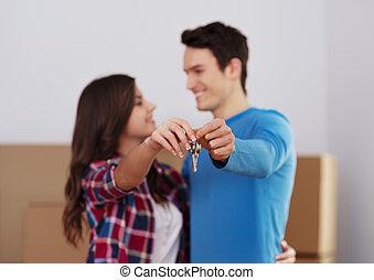 young párosít, birtok, kulcs, fordíts, új családi, alatt, kéz
