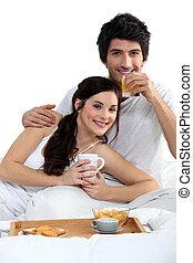young párosít, birtoklás, egy, reggeli in ágy