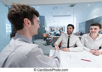 young párosít, cégtábla szerződő, okmányok, képben látható, társ, hát
