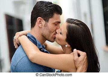 young párosít, csókolózás, alatt, a, utca
